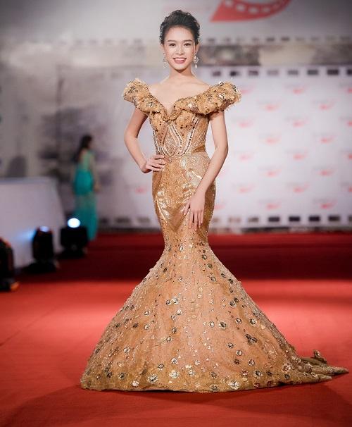 Hoa hậu Mỹ Linh khoe vòng một táo bạo trên thảm đỏ - 9
