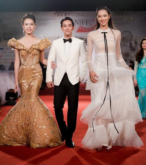 Hoa hậu Mỹ Linh khoe vòng một táo bạo trên thảm đỏ - 10