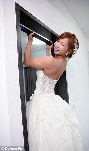 Cô dâu mặc váy cưới đu xà khoe cơ bắp cuồn cuộn - 2