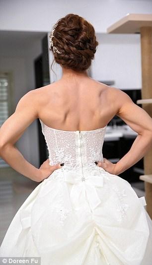 Cô dâu mặc váy cưới đu xà khoe cơ bắp cuồn cuộn - 3