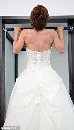 Cô dâu mặc váy cưới đu xà khoe cơ bắp cuồn cuộn - 4