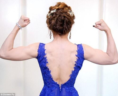 Cô dâu mặc váy cưới đu xà khoe cơ bắp cuồn cuộn - 5