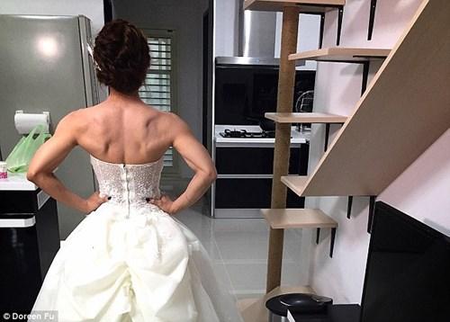 Cô dâu mặc váy cưới đu xà khoe cơ bắp cuồn cuộn - 7