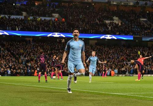 Man City thắng Barca để... sánh ngang MU - 1