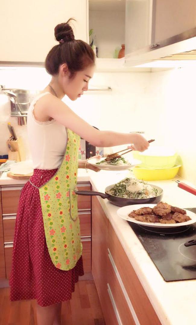 Là một trong những mỹ nhân gợi cảm nhất nhì showbiz Việt, Elly Trần luôn bận rộn cho sự nghiệp của mình. Tuy vậy, cô vẫn luôn cố gắng dành ra thời gian vào bếp.
