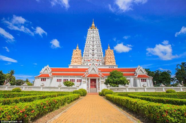 Nổi bật trên nền trời màu xanh, ngôi chùa này ở Thái Lan có kiến trúc rất ấn tượng, trông như một pháo đài kiên cố.
