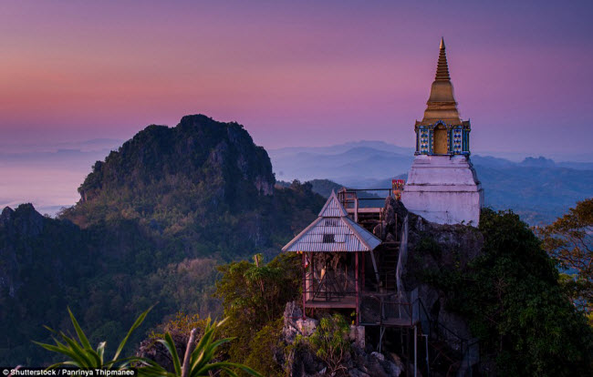 Ngôi chùa này ở Lampang (Thái Lan) không nổi bật về kiến trúc, nhưng nằm giữa phong cảnh tuyệt đẹp.