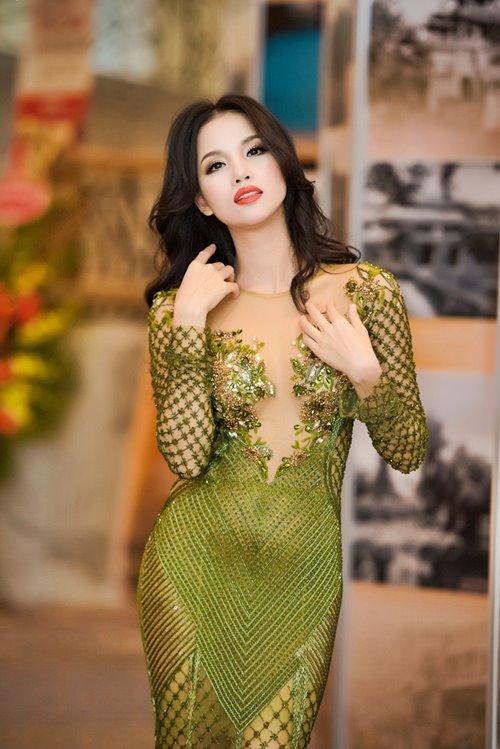 """7 chiếc váy nóng bỏng """"gây bão"""" ở các kỳ LHP Việt - 6"""