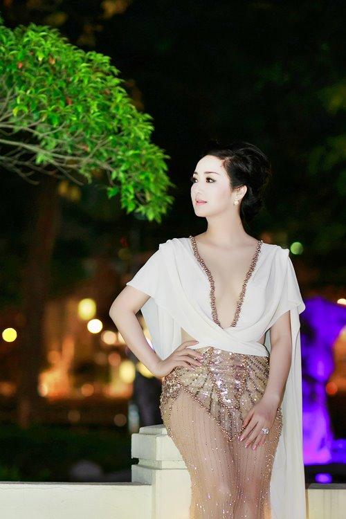 """7 chiếc váy nóng bỏng """"gây bão"""" ở các kỳ LHP Việt - 8"""