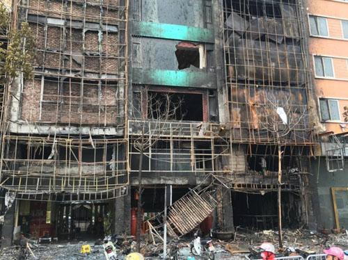 Vụ cháy 13 người chết: Hàng xóm phá cửa sau thoát thân - 1