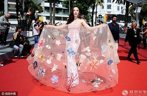 """Những bộ cánh """"rúng động"""" thảm đỏ của Angela Phương Trinh - 8"""
