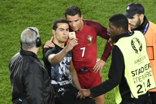"""Ronaldo: Nỗi khổ siêu sao """"yêu lắm, chê cũng nhiều"""" - 3"""