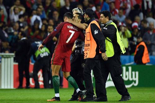 """Ronaldo: Nỗi khổ siêu sao """"yêu lắm, chê cũng nhiều"""" - 4"""
