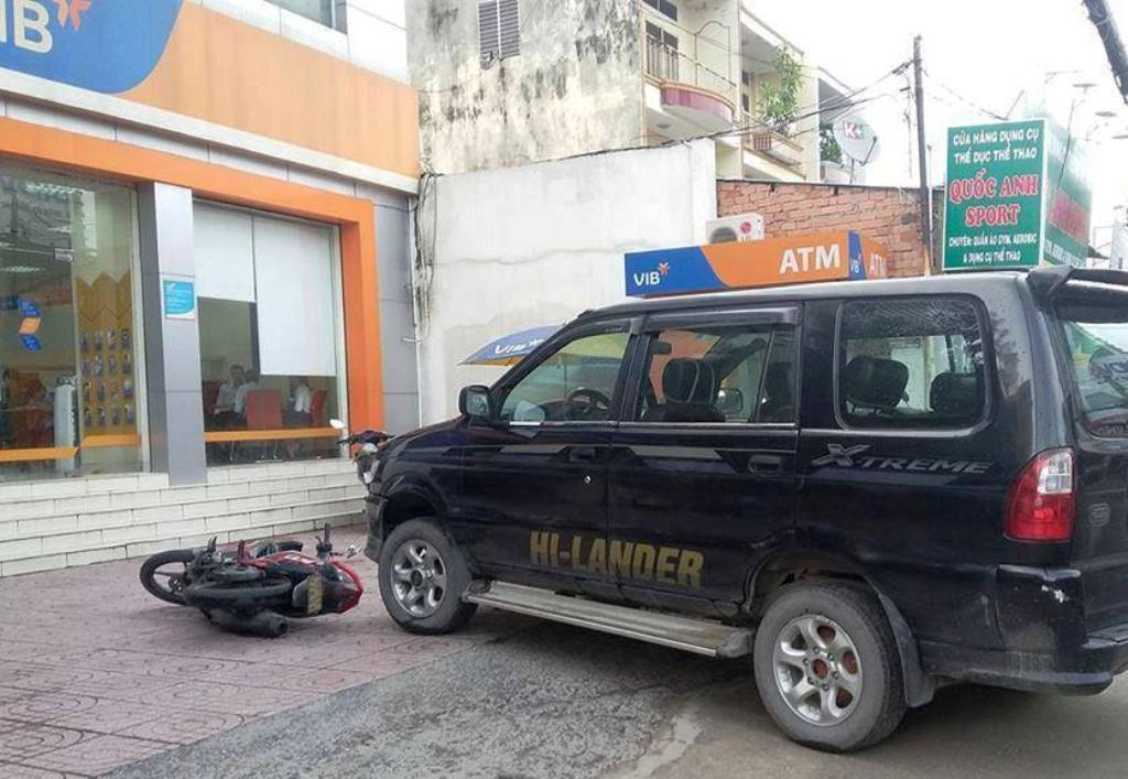 Người đàn ông ném lựu đạn cay trong ngân hàng ở SG - 2