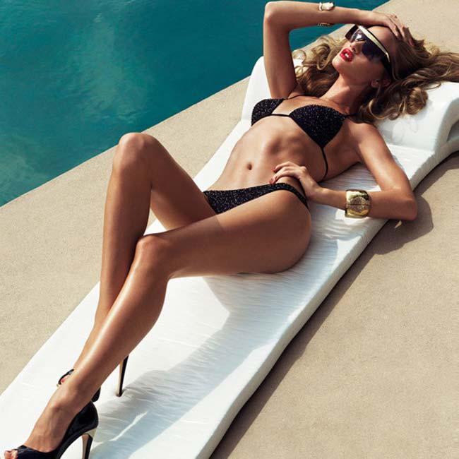 Rosie Huntington-Whiteley người đẹp cao 1m77 sở hữu đôi chân dài thon gọn thu hút bao ánh nhìn.