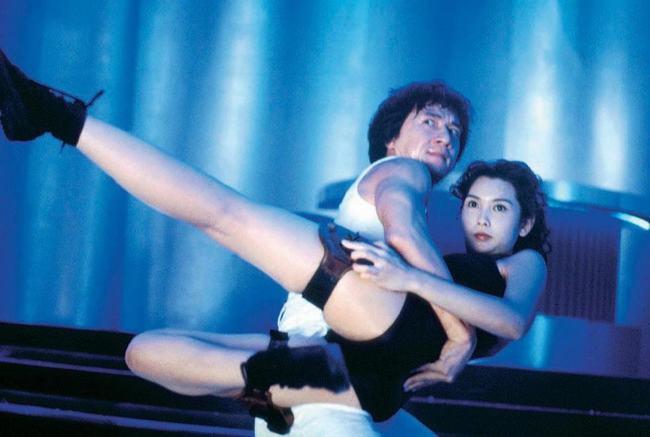 Cũng trong City Hunter, Thành Long còn có nhiều cảnh quay tình tứ với nữ cảnh sát xinh đẹp và giỏi võ Nha Tử do chân dài Khâu Thục Trinh thủ vai.