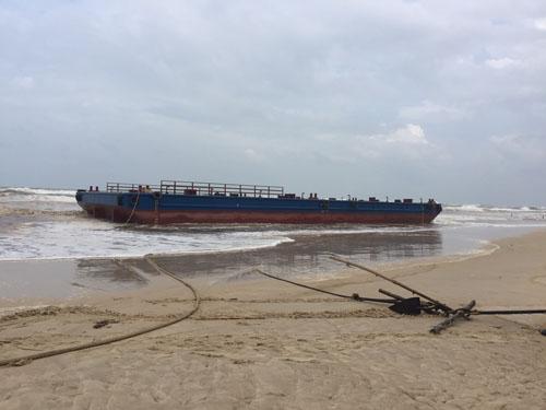 Tàu đứt dây neo, 3 ngư dân kêu cứu giữa biển - 1
