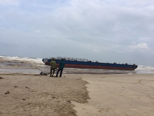 Tàu đứt dây neo, 3 ngư dân kêu cứu giữa biển - 2
