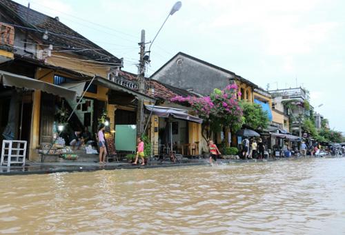 Nước lụt nhấn chìm nhiều tuyến phố cổ Hội An - 1