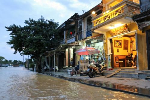 Nước lụt nhấn chìm nhiều tuyến phố cổ Hội An - 2
