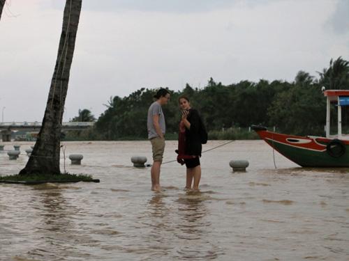 Nước lụt nhấn chìm nhiều tuyến phố cổ Hội An - 3