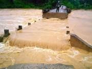 Tin tức trong ngày - Huế: Lũ về đột ngột, cầu trôi, thuyền gặp nạn