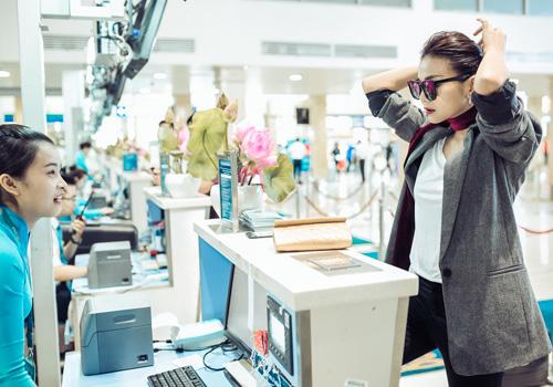 Thanh Hằng sành điệu diện trang sức gần nửa tỉ tại sân bay - 5