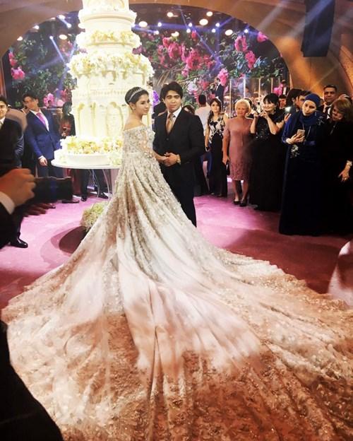 Ái nữ tỉ phú diện váy cưới nạm ngọc giá 14 tỉ đồng - 1