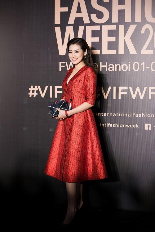 Hoa hậu Mỹ Linh, Á hậu Thanh Tú gây sốc vì quá lạ - 9