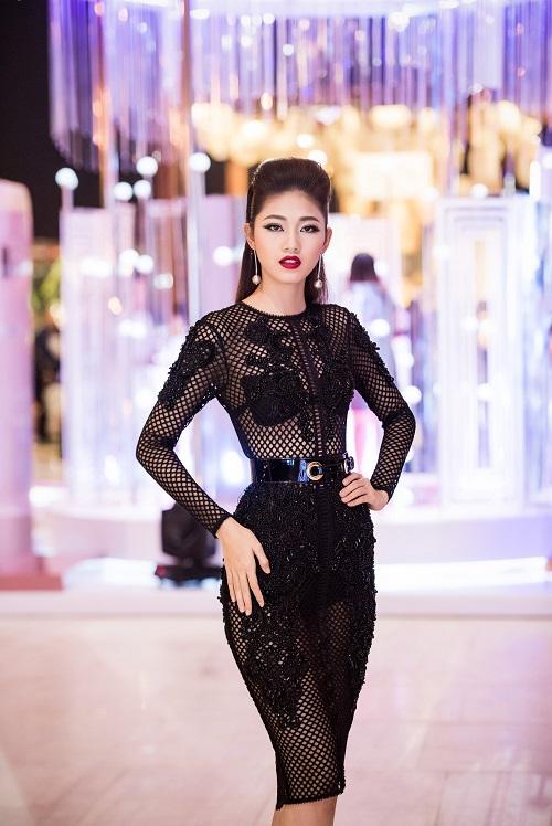 Hoa hậu Mỹ Linh, Á hậu Thanh Tú gây sốc vì quá lạ - 6