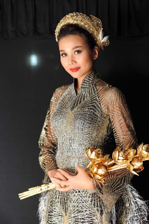 Thanh Hằng mang 50 lượng vàng ròng lên sàn catwalk - 1