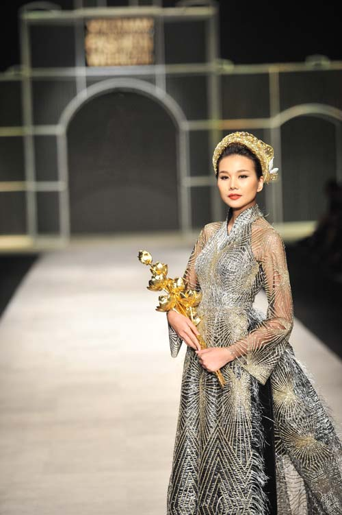Thanh Hằng mang 50 lượng vàng ròng lên sàn catwalk - 3