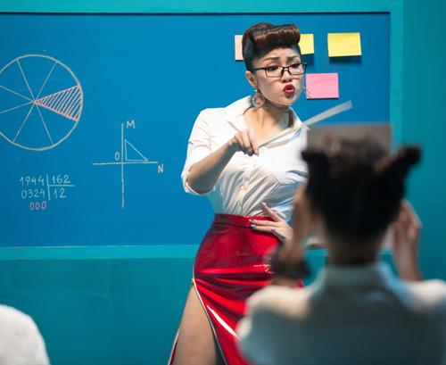 Thủy Top diễn cảnh cô giáo nổi loạn gây sốc - 1