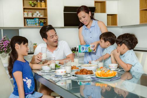 """""""Đột nhập"""" bữa ăn các gia đình sao Việt - 1"""