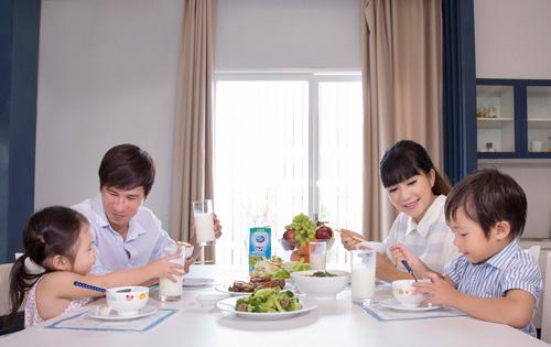 """""""Đột nhập"""" bữa ăn các gia đình sao Việt - 2"""