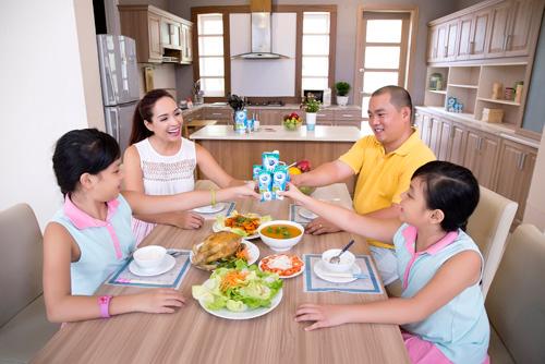"""""""Đột nhập"""" bữa ăn các gia đình sao Việt - 3"""