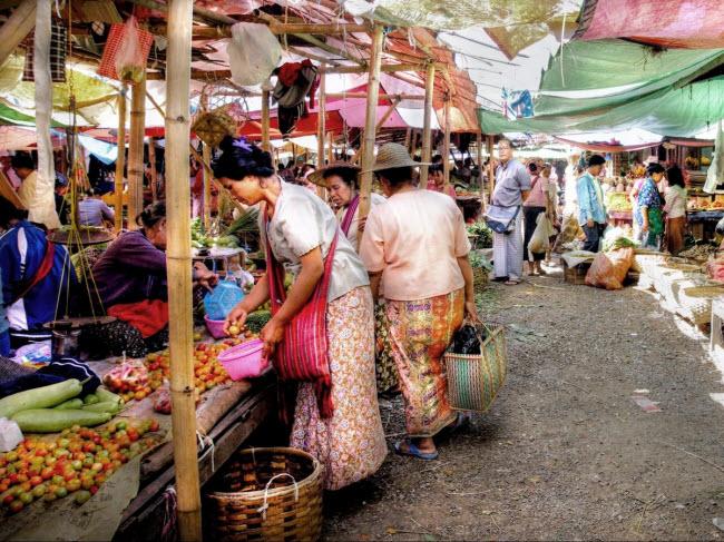 Việt Nam là một trong những điểm đến thân thiện nhất đối với phụ nữ ở khu vực Đông Nam Á. Tại hai thành phố lớn Hà Nội và Hồ Chí Minh, du khách có thể tìm thấy không gian an toàn và nhộn nhịp như chợ Đồng Xuân và Bến Thành.