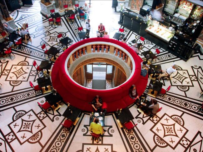 Thành phố Vienna là một trong những lý do khiến Áo trở thành thành địa điểm lý tưởng cho du lịch đơn thân. Bạn cảm thấy thoải mái và được đối xử bình thường tại các quán cà phê tại đây.