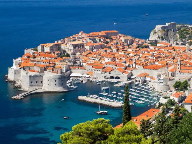 Du khách có nhiều lựa chọn khi tới thành phố  Dubrovnik, Croatia. Bạn có thể thư giãn trên bãi biển, tham quan các công trình kiến trúc và pháo đài cổ hay đi bộ khám phá thiên nhiên nơi đây.