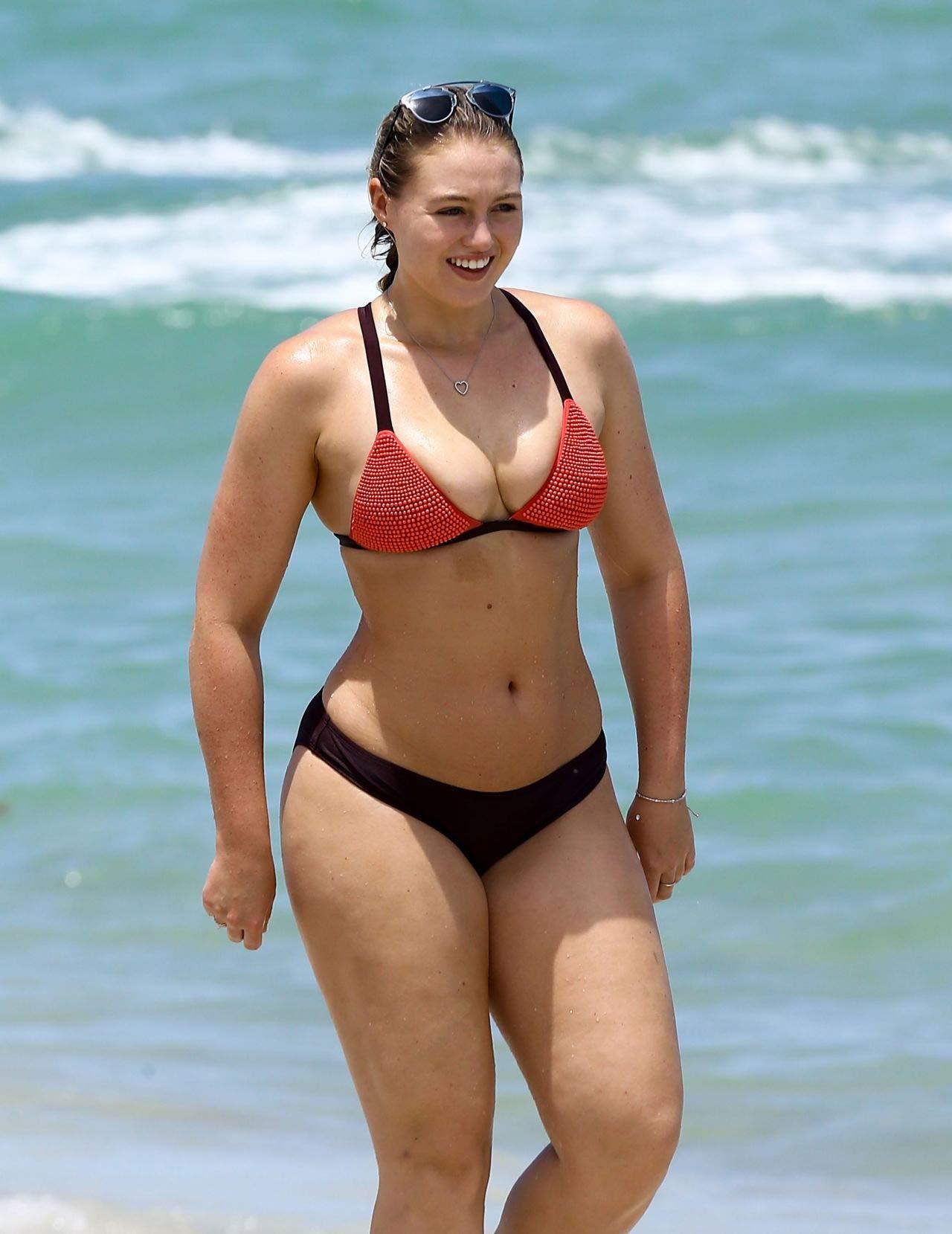 Mẫu béo đẳng cấp gợi tình với bikini khoét hông cao ngút - 11