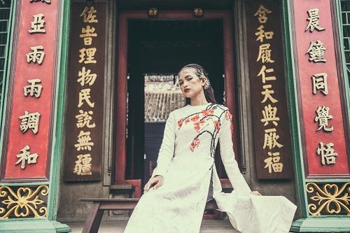 Quán quân Next Top Ngọc Châu hút hồn với áo dài gấm lụa - 11