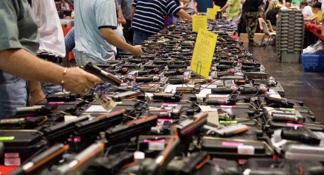 Dân Mỹ rầm rộ mua súng vì... lo Clinton làm tổng thống - 1