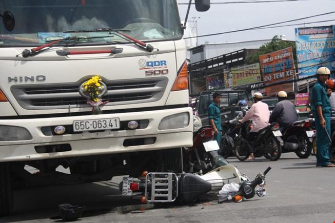Hai nữ sinh bị kéo lê dưới gầm xe tải - 1