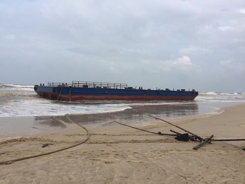 Cứu thành công 3 ngư dân kêu cứu trên tàu đứt neo - 2