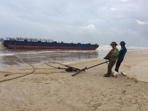 Cứu thành công 3 ngư dân kêu cứu trên tàu đứt neo - 1