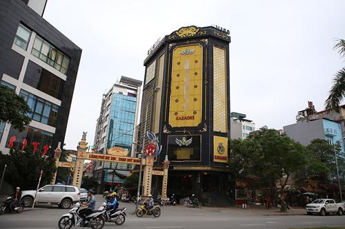 """Cận cảnh những biển quảng cáo karaoke kích thước """"khủng"""" - 1"""