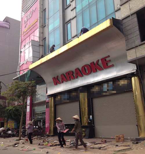 """Cận cảnh những biển quảng cáo karaoke kích thước """"khủng"""" - 11"""
