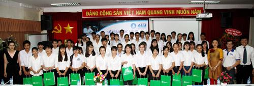 Trao tặng 250 suất học bổng cho tân sinh viên - 4