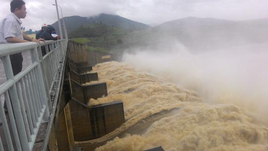 Thủy điện xả lũ lớn nhất 7 năm qua, Phú Yên ngập nặng - 1