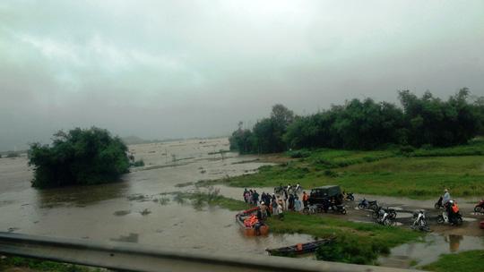 Thủy điện xả lũ lớn nhất 7 năm qua, Phú Yên ngập nặng - 8